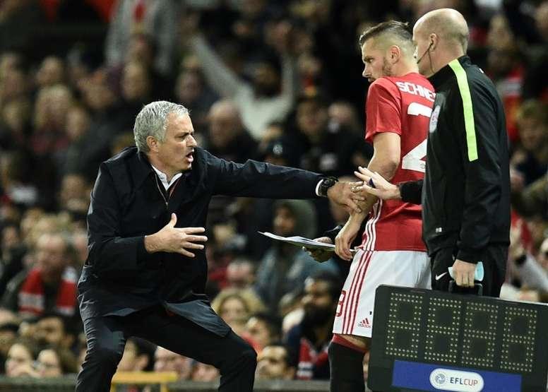 Le coach de Manchester United José Mourinho parle à Morgan Schneiderlin, en Coupe de la Ligue. AFP