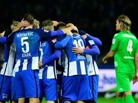 Les joueurs du Hertha se congratulent après un but contre Mönchengladbach, le 4 novembre 2016 à Berlin