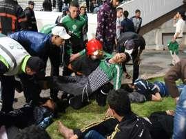 Des supporteurs du Raja Casablanca au sol après les heurts entre supporteurs du club, le 19 mars 2016 à Casablanca