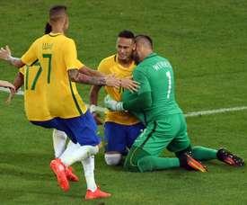 Lattaquant brésilien Neymar et ses coéquipiers fêtent leur victoire en finale du tournoi olympique face à lAllemagne, le 20 août 2016 au Maracana