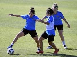 Florencia Quinones (g) à la lutte avec la milieu de terrain Fabiana Vallejos. AFP