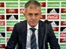 Le nouveau sélectionneur de l'Algérie Lucas Alcaraz, présenté à la presse à Alger. AFP