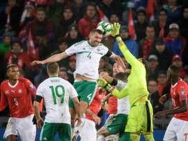L'Irlande du Nord de Gareth McAuley contre la Suisse du gardien Yann Sommer. AFP
