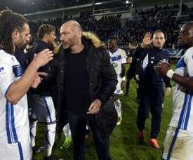L'entraîneur dAuxerre Cédric Daury félicite ses joueurs. AFP