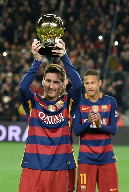 Lionel Messi avec son 5e Ballon d'Or, le 17 janvier 2016 au Camp Nou. AFP