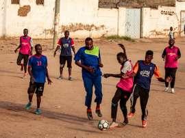 Jeunes soudanais jouant au football sur un terrain poussiéreux à Khartoum, le 28 juillet 2019. AFP