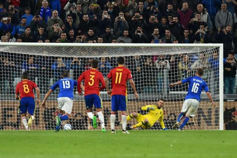 Daniele De Rossi vient d'inscrire un but sur penalty pour l'Italie contre l'Espagne. AFP