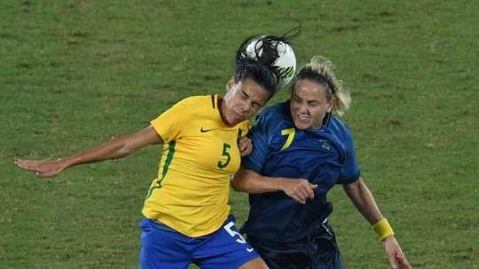 La Brésilienne Thaisa à la lutte avec la Suédoise Dahlkvist au 1er tour du tournoi aux JO. AFP