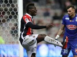 Balotelli recortó distancias para el Niza desde los once metros. AFP