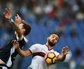 L'attaquant du Genoa Leonardo Pavoletti face au milieu argentin de Lazio Lucas Biglia. AFP