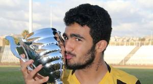 Kassem Chamkha, le 11 juin 2016 avec le trophée d'un tournoi remporté par son club Al-Ahd. AFP