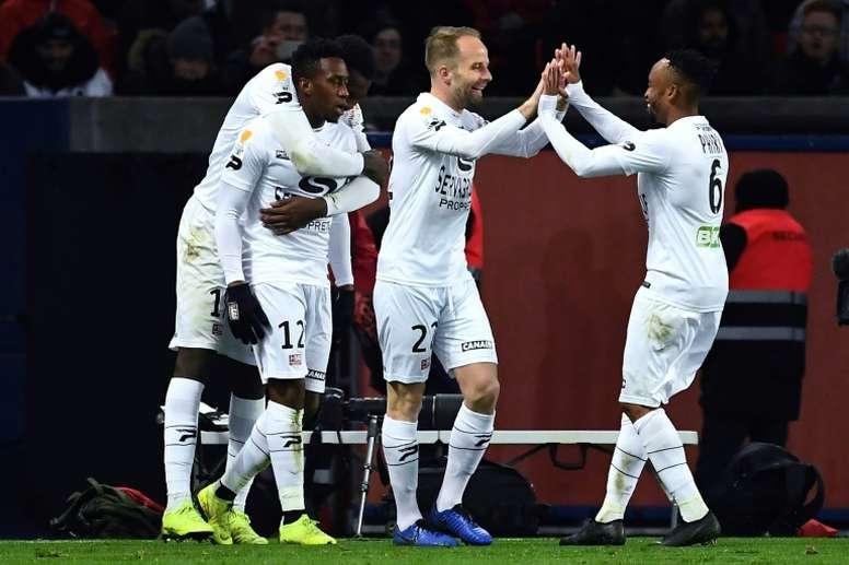 Ngbakoto félicité par ses coéquipiers après avoir marqué le pénalty victorieux face au PSG. AFP