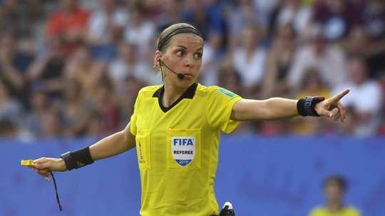 L'arbitre Stéphanie Frappart n'a 'pas peur'. GOAL