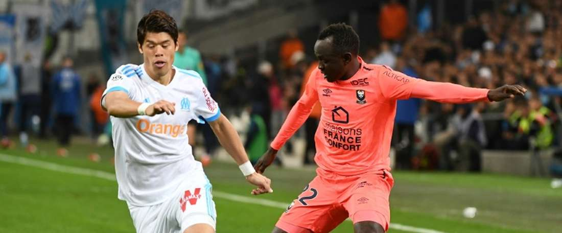 Adama Mbengue (d) disputará finalmente el Mundial de Rusia con Senegal. AFP/Archivo