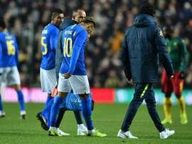 Neymar cayó lesionado en el choque ante Camerún. AFP