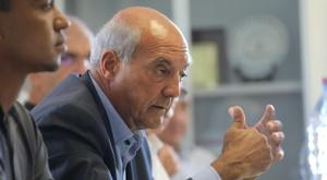 Le président de la Ligue de football de La Réunion Yves Ethève en conférence de presse. AFP