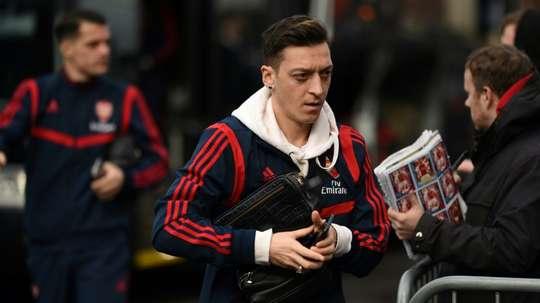 Mesut Özil fait durer le suspense pour son transfert. AFP