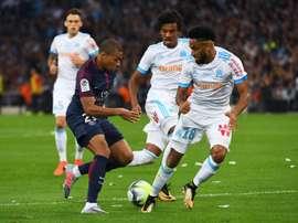 Le joueur du Paris SG, Kylian Mbappé face à Amavi lors du match contre l'OM. AFP