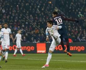 La star du PSG, Neymar Jr, à la lutte avec le Marseillais Hiroki Sakai, lors du classique. AFP