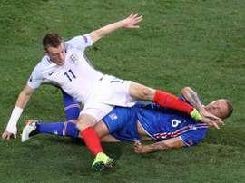 Le défenseur de l'Islande Ragnar Sigurdsson à la lutte avec l'attaquant anglais Jamie Vardy. AFP