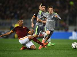 William Vainqueur, avec l'AS Rome, tente de stopper Luka Modric en Ligue des champions. AFP