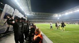 La police a dû s'interposer pour protéger les joueurs. AFP