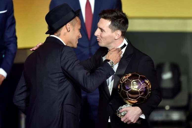 Neymar no renovará hasta asegurarse de que le hacen un equipo a medida, con Messi incluido. AFP