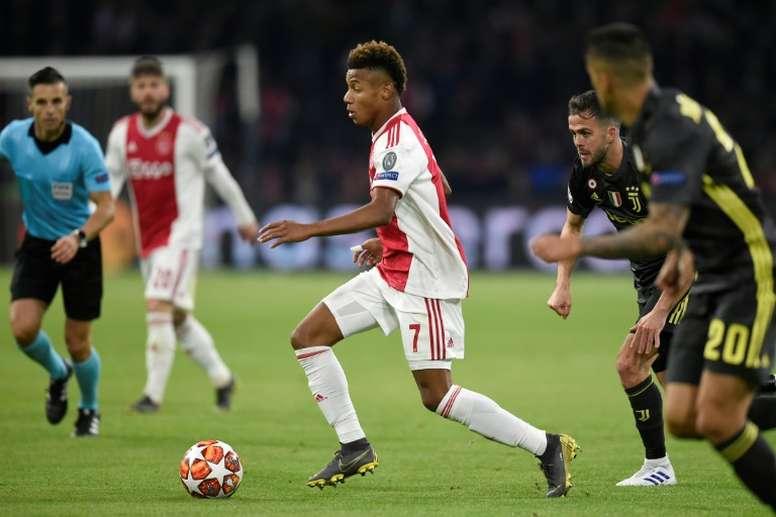 Neres ha cuajado una gran campaña en el Ajax. AFP