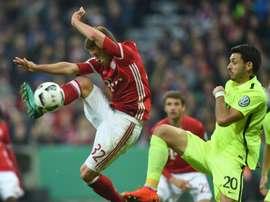 Les milieux du Bayern Munich Joshua Kimmich (G) et dAugsbourg Gojko Kacar (D) à la lutte en 16e de finale de la Coupe dAllemagne, le 26 octobre 2016 à Munich