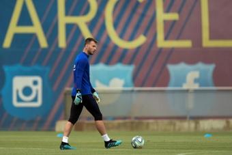 Neto busca salir del Barcelona. AFP