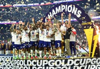 Os estadunidenses levantam a taça da Copa Ouro. AFP