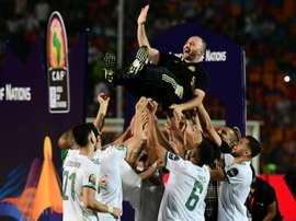 Belmadi porté en triomphe par son équipe. AFP