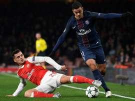 L'attaquant du PSG Hatem Ben Arfa (d) se fait tacler par le milieu suisse Granit Xhaka face à Arsenal en Ligue des champions à l'Emirates Stadium, le 23 novembre 2016