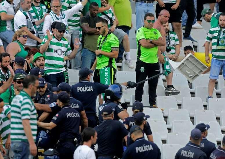 La police tente de ramener l'ordre dans les rangs des ultras du Sporting. AFP