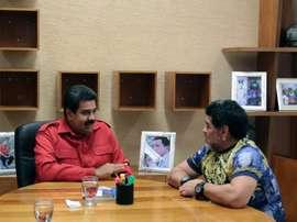 Le président Nicolas Maduro et lancienne gloire du football Diego Maradona, à Caracas. AFP