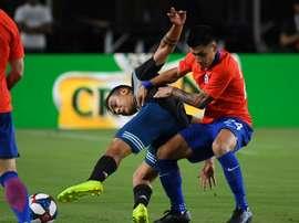Paulo Dybala marqué par Felipe Campos du Chili. AFP