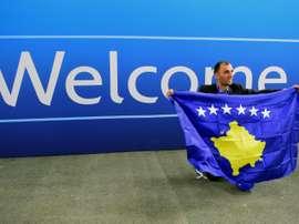 Un membre de la délégation kosovare fête ladmission à lUEFA du Kosovo, le 3 mai 2016. AFP