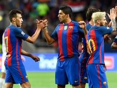 Le jeune attaquant du Barça Munir El-Haddadi, auteur dun doublé contre Leicester, félicité par Luis Suarez, à Solna, le 3 août 2016
