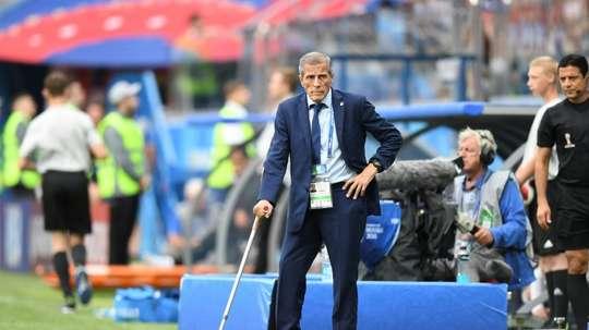 Tabárez llamó a Emiliano Velázquez por el lesionado Coates. AFP