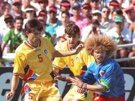 Daniel Prodan et son coéquipier Angelo Lupescu à la lutte avec le Colombien Carlos Valderrama. AFP