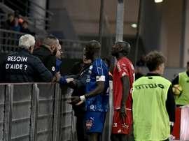 Gouano se rapproche des supporters après des cris racistes à son égard. AFP