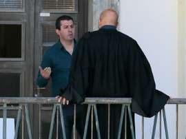 Anthony Agostini échange avec son conseil Jean-Michel Albertini. AFP