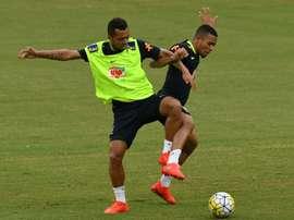 Les Brésiliens Rafael Carioca et Gabriel Jesus, lors d'un entraînement le 4 septembre 2016. AFP