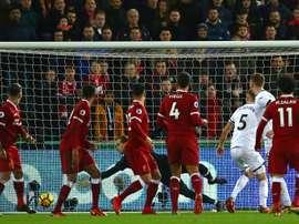 El Liverpool descarta el fichaje de Konsa. AFP