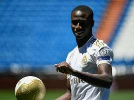 Mnedy pode chegar a ser o novo Roberto Carlos. AFP
