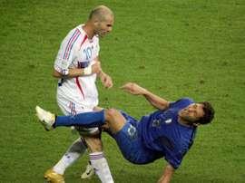 Materazzi vai leiloar a camisa com a qual disputou a final da Copa do Mundo de 2006. AFP