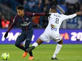 Passe para gol é com Neymar. AFP