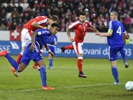 Le Suisse Stephan Lichtsteiner domine le défenseur féroïen et inscrit le 2e. AFP