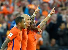 Wesley Sneijder, félicité par Arjen Robben et Memphis Depay. AFP