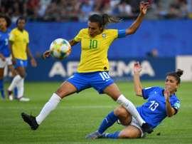 Marta entra na história e garante classificação. AFP